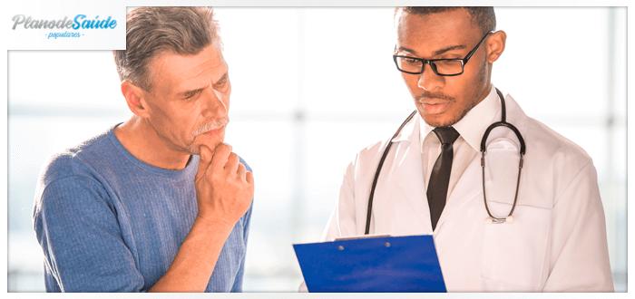 Homem examinando exames ao lado do médico - Check-up