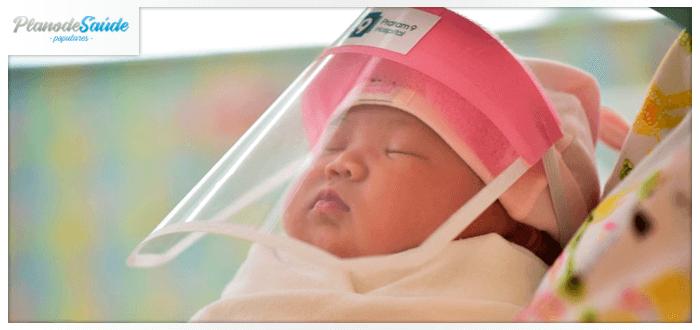 Bebê com máscara protetora do coronavírus