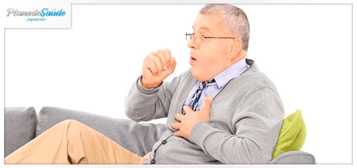 Homem idoso tossindo - coronavírus