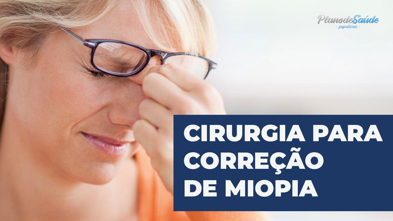 Mulher com problema de visão - cirurgia de miopia
