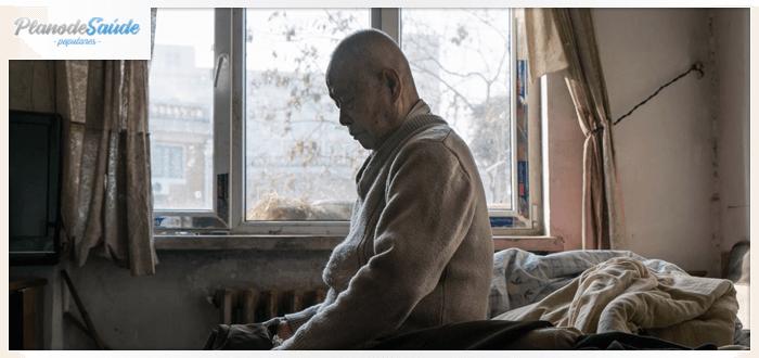 Idoso triste sentado na cama - saúde do idoso